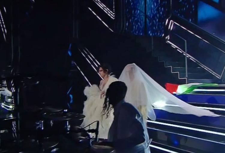 Achille Lauro durante una sua esibizione al festival di Sanremo abbandona il Tricolore a terra.