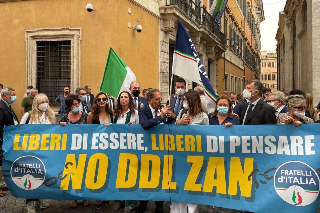 Flash mob di Fratelli d'Italia contro il disegno di legge Zan, davanti al Senato.