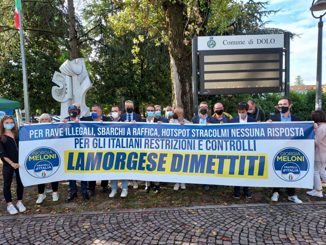 Flash mob organizzato dai rappresentanti e militanti di Fratelli d'Italia in piazza a Dolo.