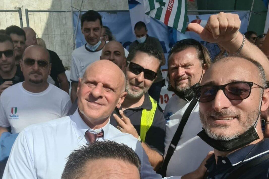 Fabio Rampelli, vicepresidente della Camera e deputato di Fratelli d'Italia alla manifestazione dei lavoratori di Alitalia a Fiumicino.