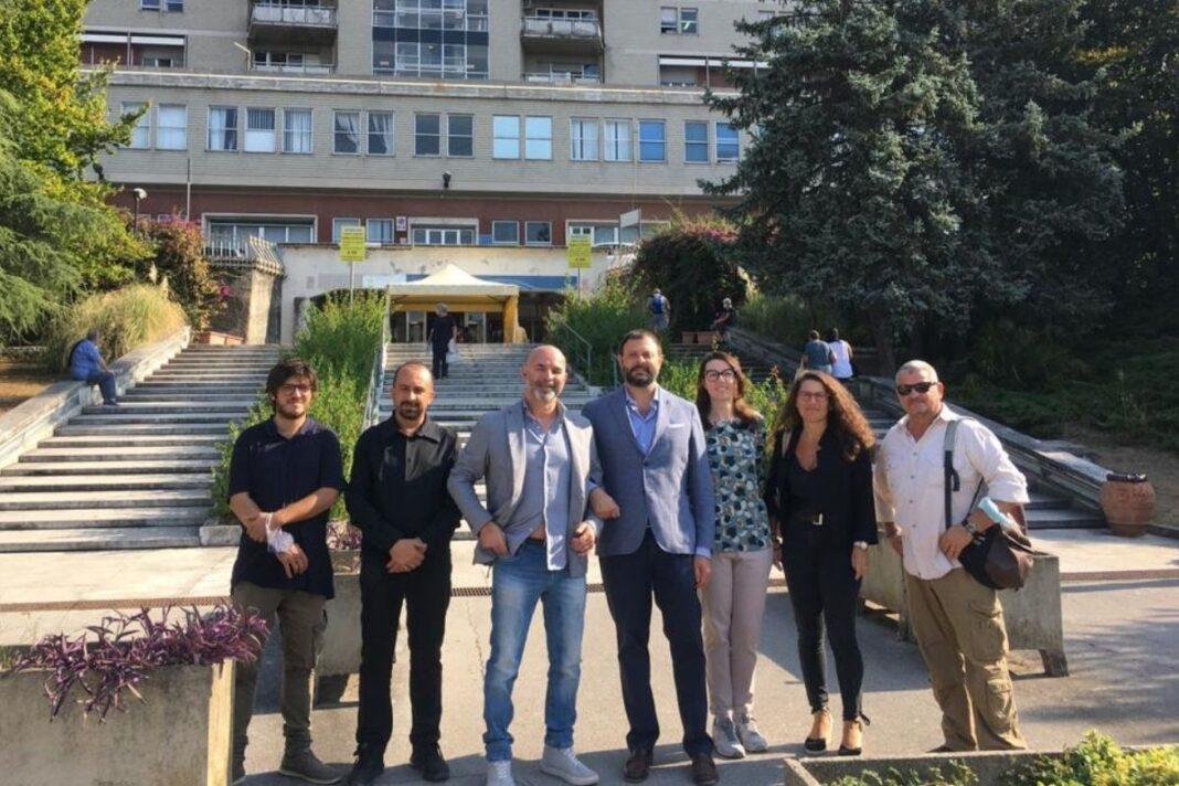 Vittorio Fantozzi, Consigliere di Fratelli d'Italia e Lorenzo Baruzzo, Coordinatore di Fratelli d'Italia di Carrara durante il sopralluogo al Monoblocco di Carrara.
